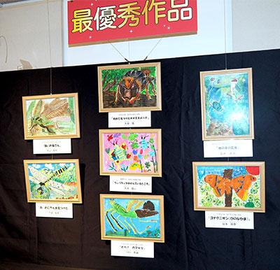 「こん虫図画作品展」の展示の様子