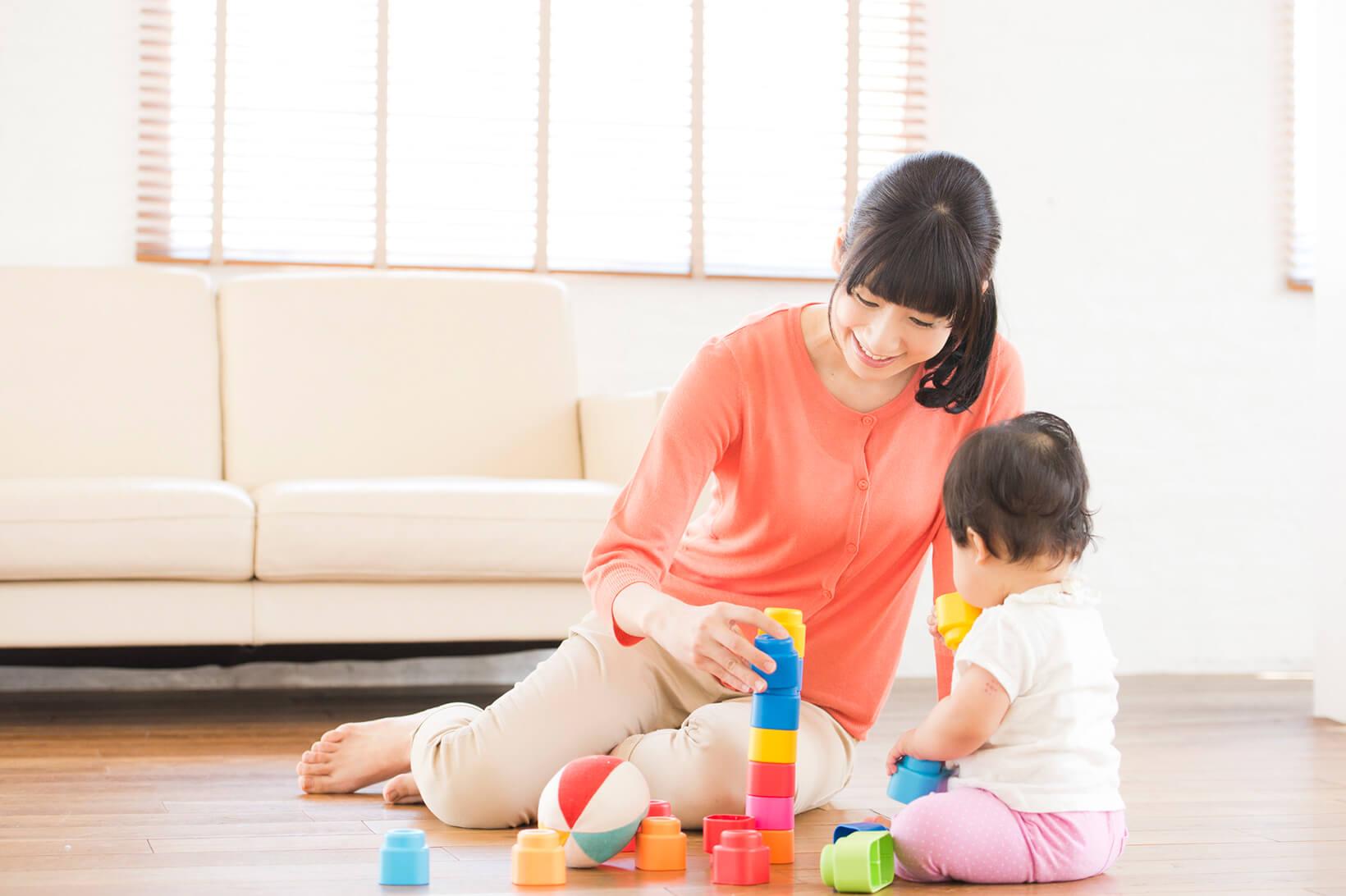 おもちゃで遊ぶ子供と母親