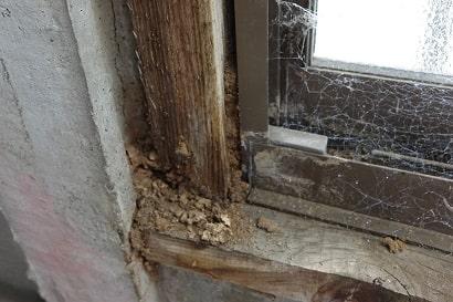 蟻土(ぎど)の詰まった窓枠
