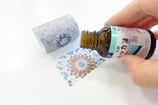 「Kumimoku マスキングテープ アンティークタイル 5cm×2m」に「健栄製薬 ハッカ油」を垂らす様子