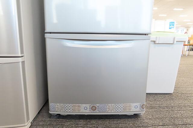 冷蔵庫の下の段に「どこでも忌避テープ」を貼った様子