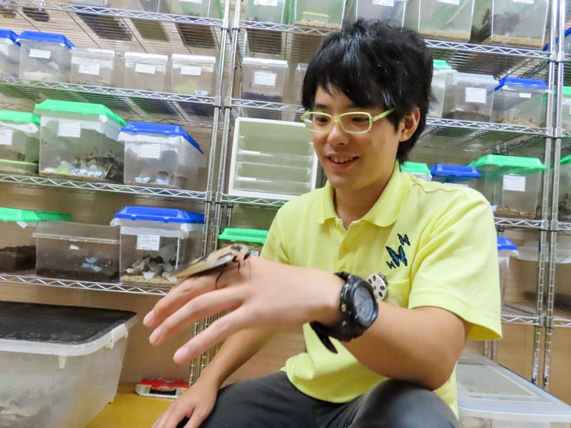 ブラベウスギガンテウを手にのせている柳澤静磨さん