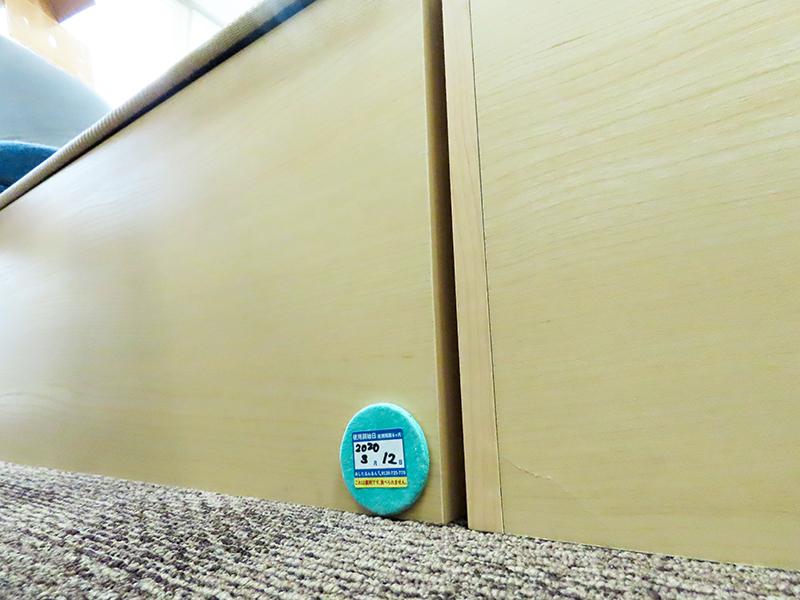 「ゴキちゃんストップ ウーマンデザイン」を壁に貼った様子
