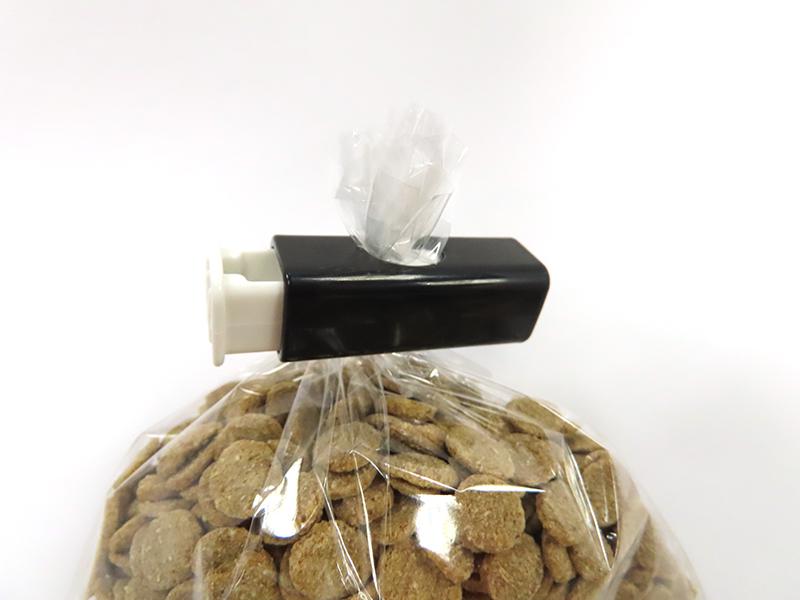 セリアのプッシュクリップモノトーンで開封したお菓子の袋を留めている様子