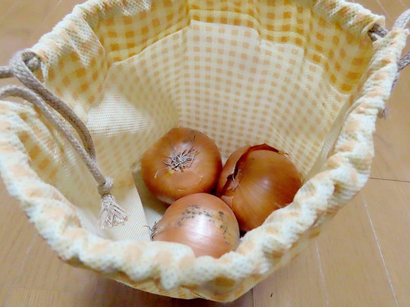 ダイソーのイキイキ根野菜保存バッグに玉ねぎを入れている様子