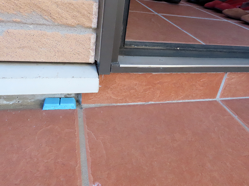 ネズミ忌避剤を玄関の隅に置いている状態