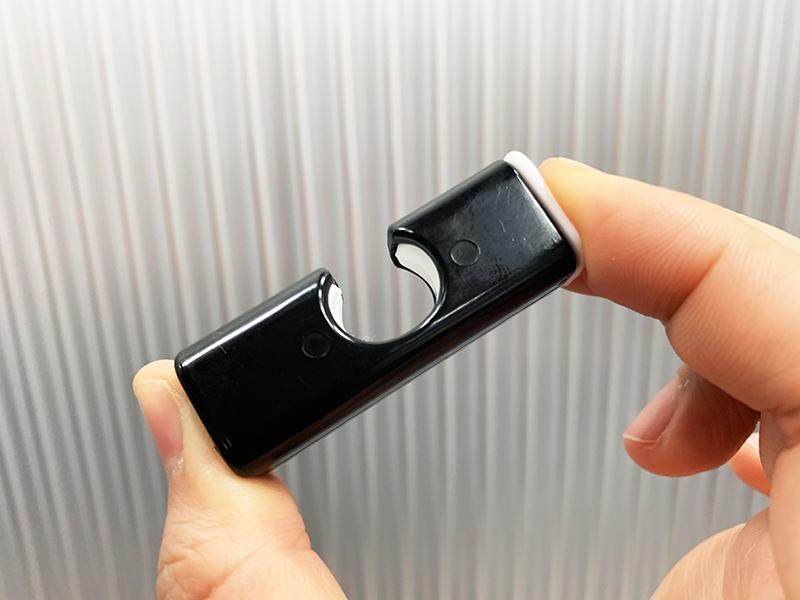 セリアのプッシュクリップモノトーンの閉じ口を指で押して開いている状態