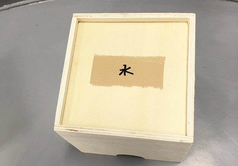 水を付けた脱脂綿入りの小箱