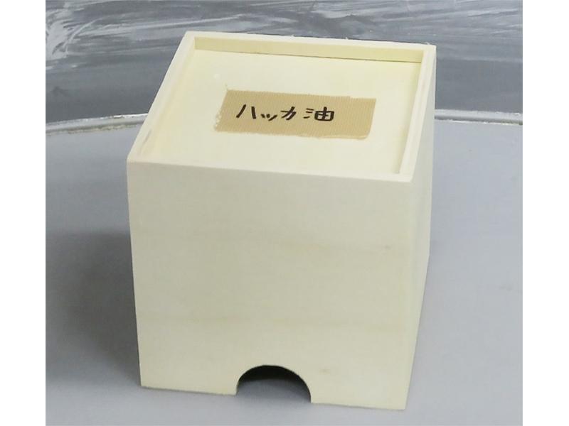 実験に使う小箱。中に匂いを付けた脱脂綿が入っています