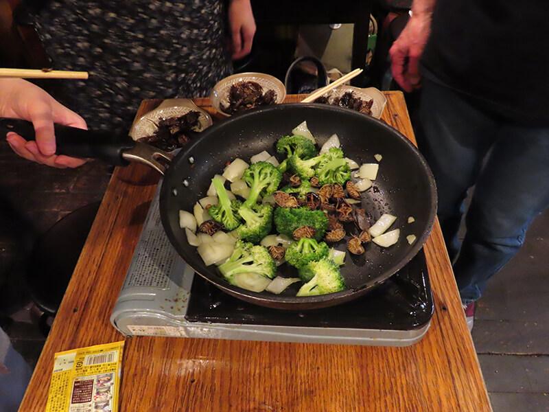 アルゼンチンモリゴキブリを野菜と一緒に炒める