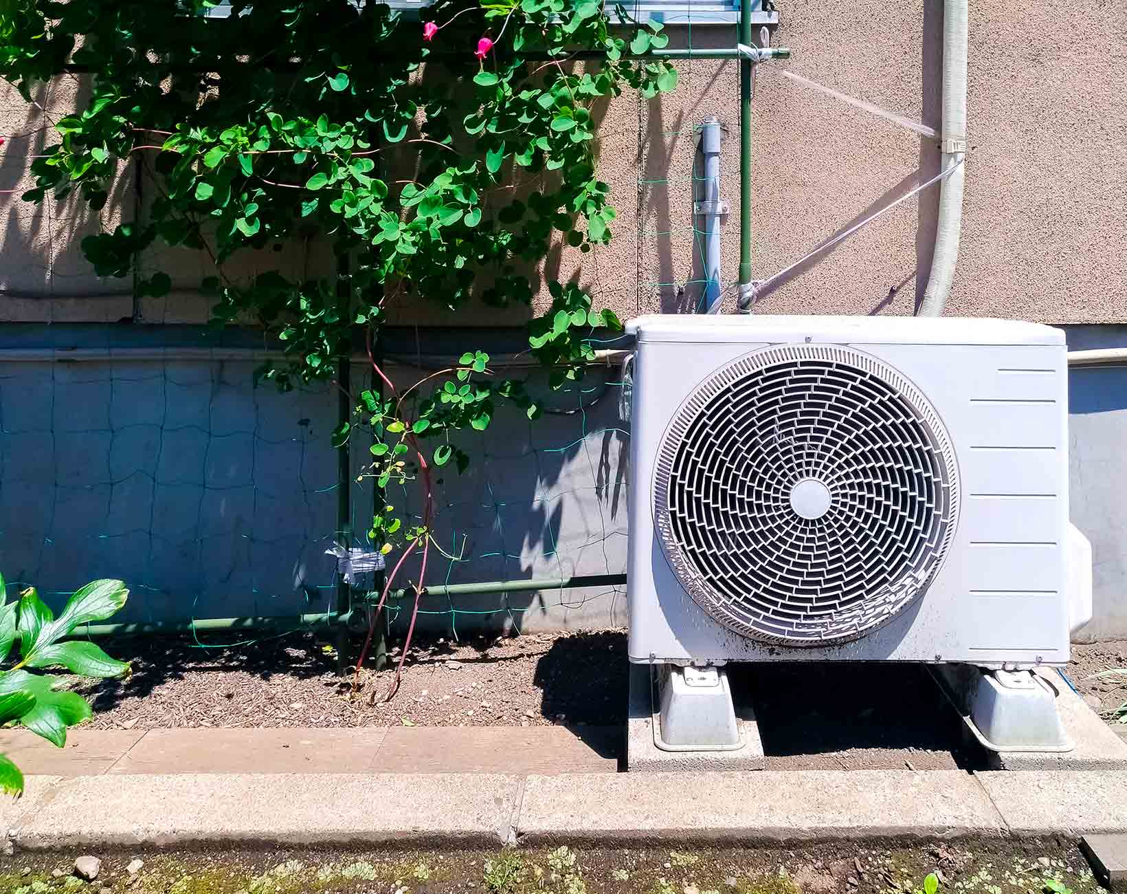 エアコンの室外機とドレンホース(排水ホース)
