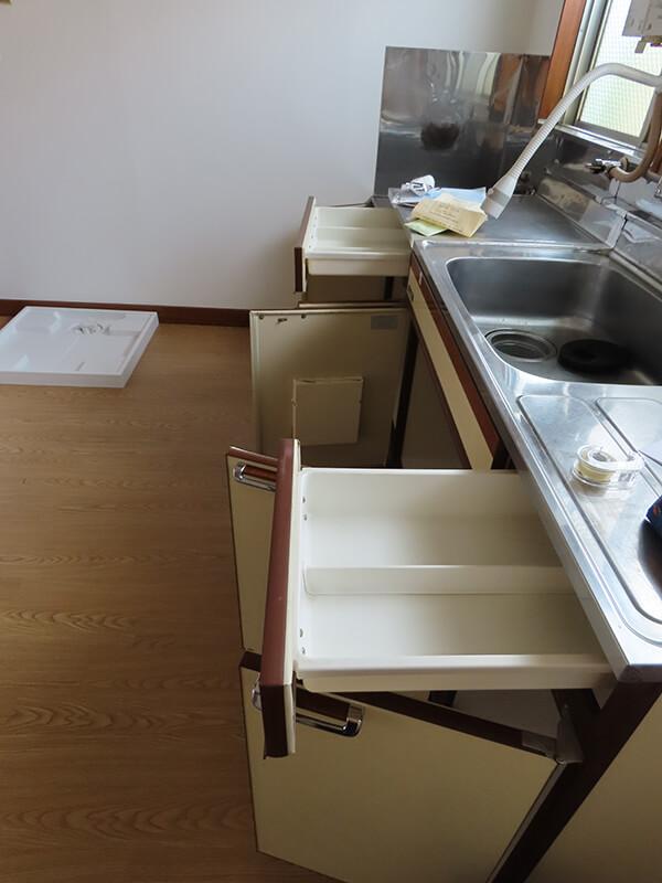 開けられた扉や引き出しなど台所の下部収納