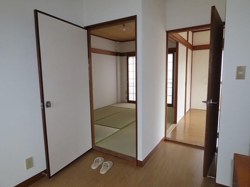 開け放たれたダイニングキッチン、和室、洋室を行き来する扉