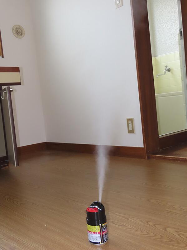薬剤を噴射しているバルサン プロEX ノンスモーク霧タイプ