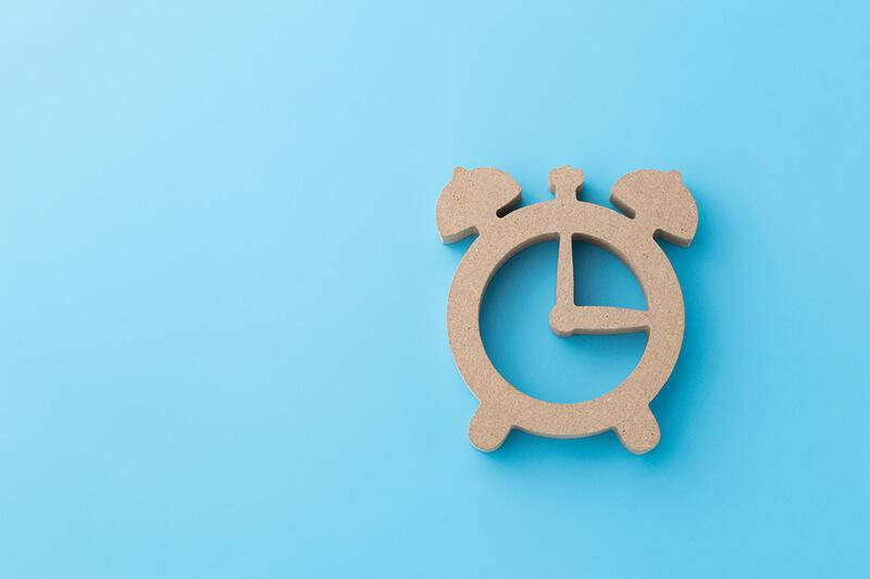 木でできた時計のオブジェ