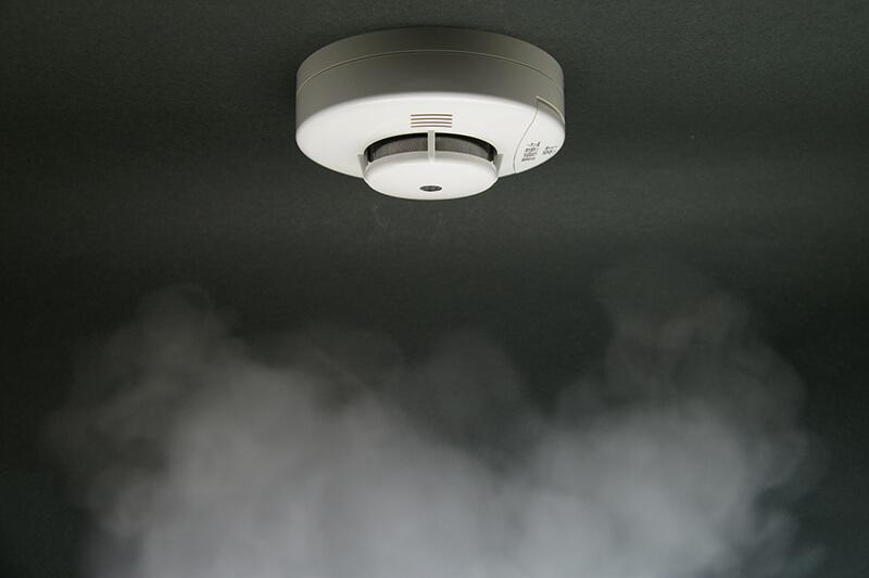 煙が迫る火災報知器