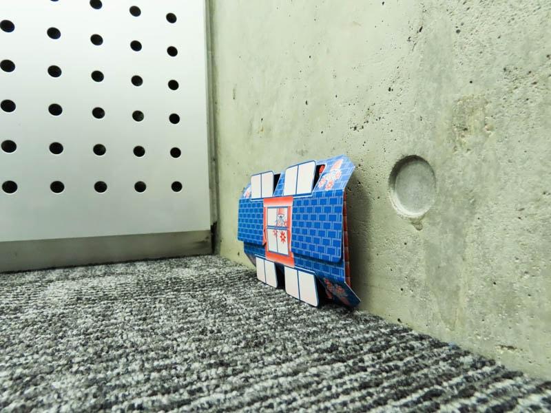 壁に立てかけた粘着式ゴキブリとり 5セット入