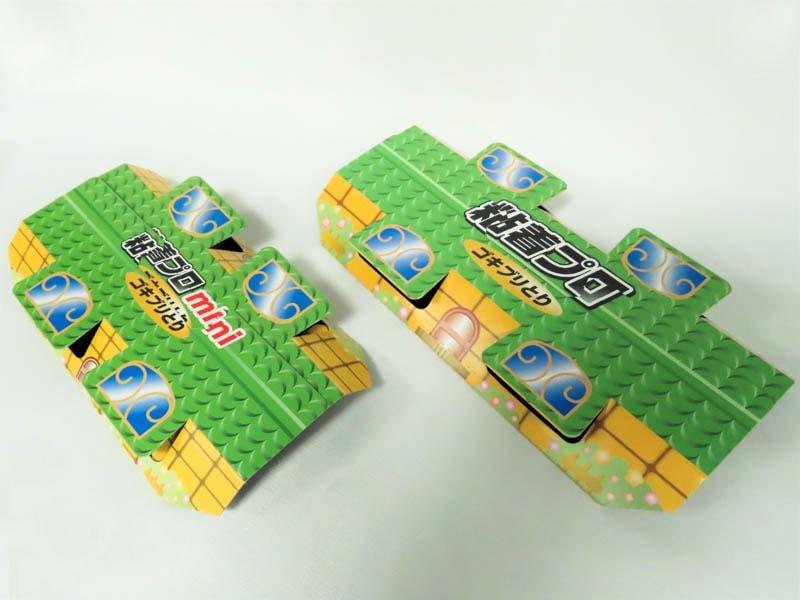 2タイプの粘着プロ ゴキブリとりの商品写真。左が小サイズ、右が大サイズ。