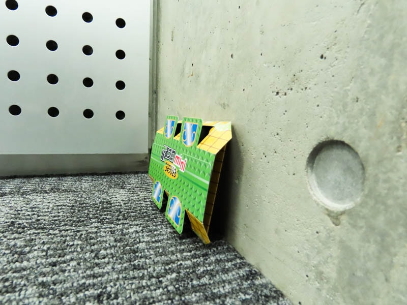 壁に立てかけた粘着プロ ゴキブリとり