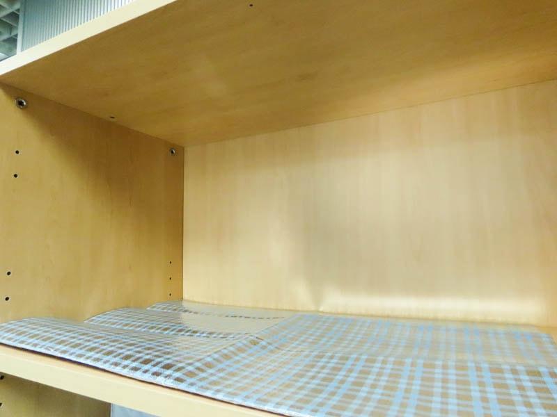 お台所の防虫シート 流し台用を食器棚に敷いた状態