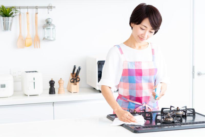 台所を掃除する様子