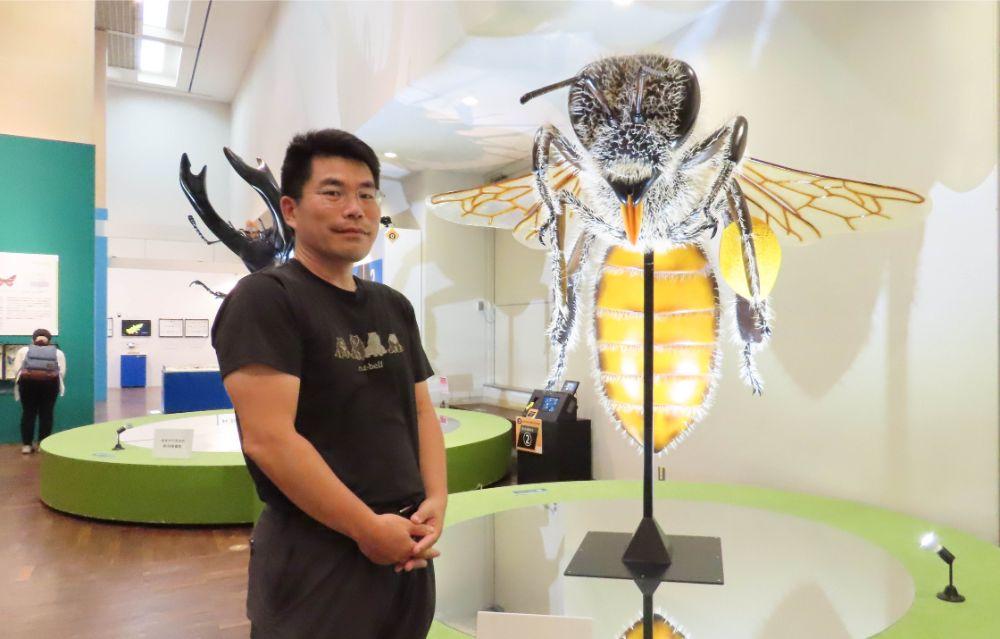 大阪市立自然史博物館の主任学芸員 松本吏樹郎さんと巨大模型