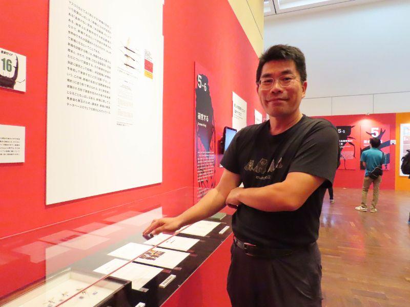 新種発見のプロセスの展示コーナーで説明をしてくれる、大阪市立自然史博物館の主任学芸員 松本吏樹郎さん