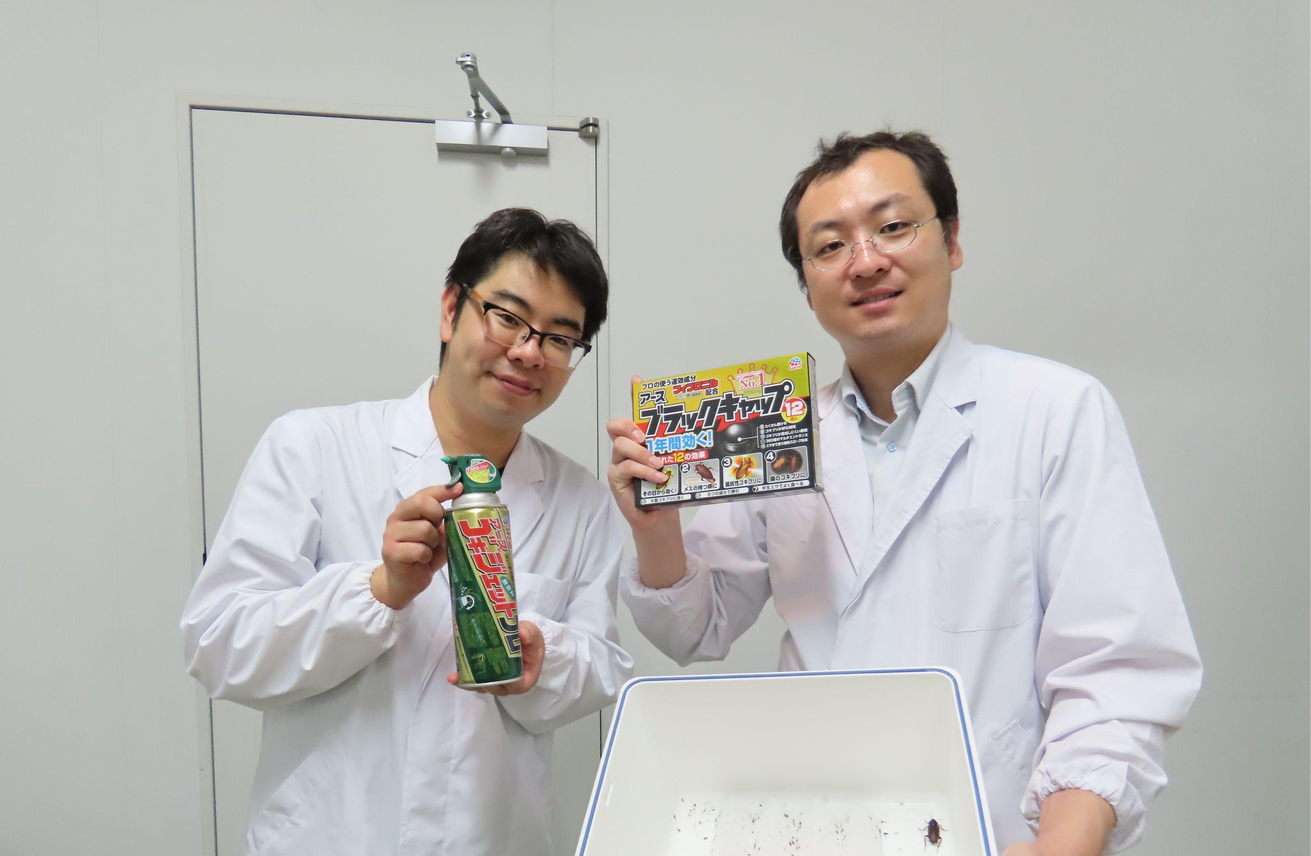 アース製薬の研究員の野村拓志さん(左)と浅井一秀さん(右)